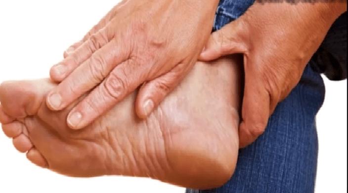 Cơ thể lão hóa cũng có thê là lý do dẫn đến tê bàn chân trái