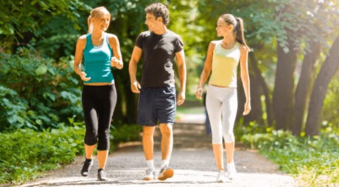 Để khắc phục tình trạng tê ngón chân cái, bạn nên đi lại, vận động nhẹ nhàng để kích thích quá trình lưu thông máu đến các chi